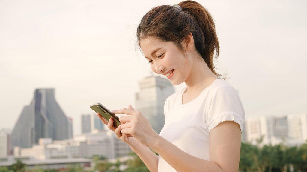 Uso excessivo de smartphones pode causar uma série de lesões no corpo. Já sentiu dores no corpo após passar muito tempo no celular? Listamos as principais consequências - e soluções - do uso excessivo de smartphones