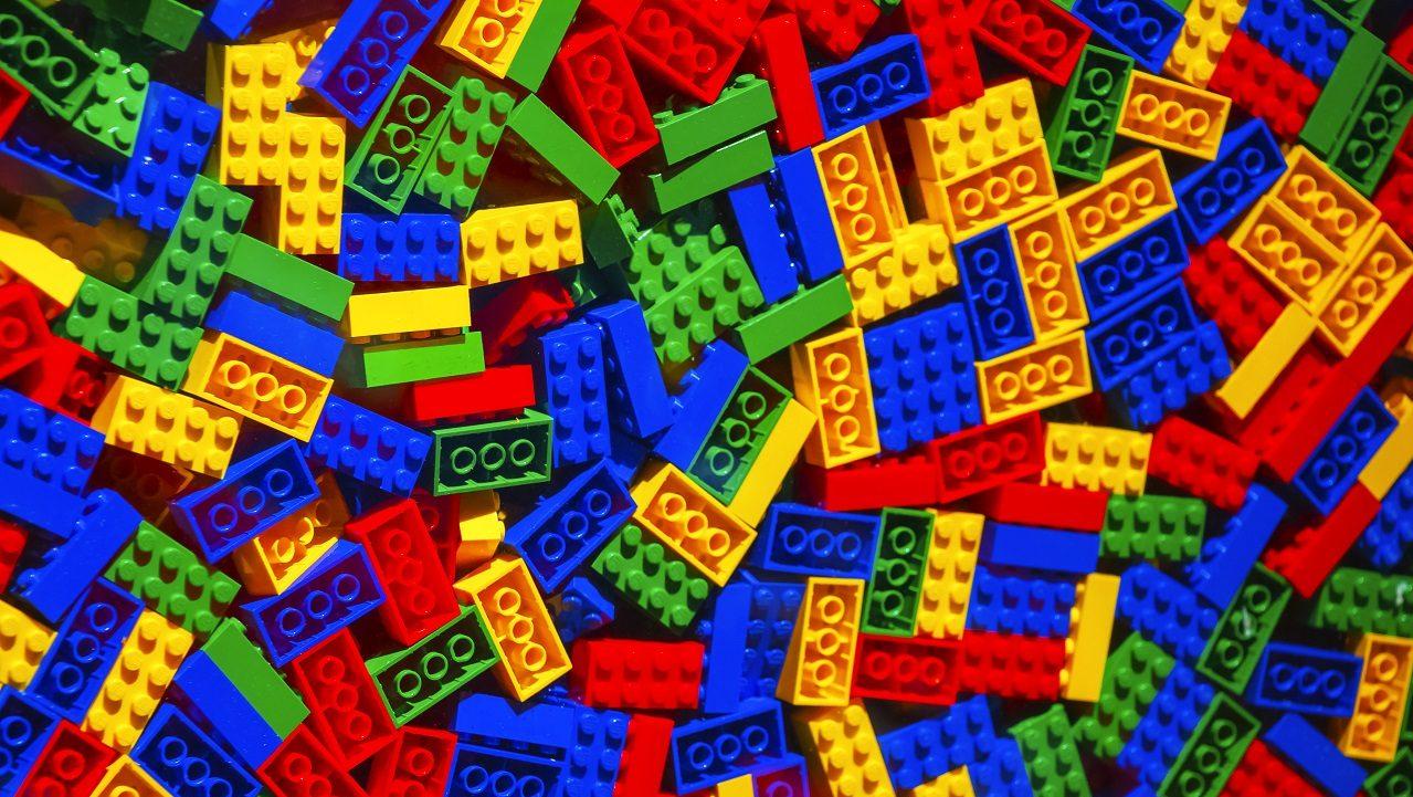 10 curiosidades sobre os blocos de lego. Os blocos de lego possuem detalhes interessantes, como sua resistência, além de já terem sido usados para muitas coisas, como a construção de casas reais
