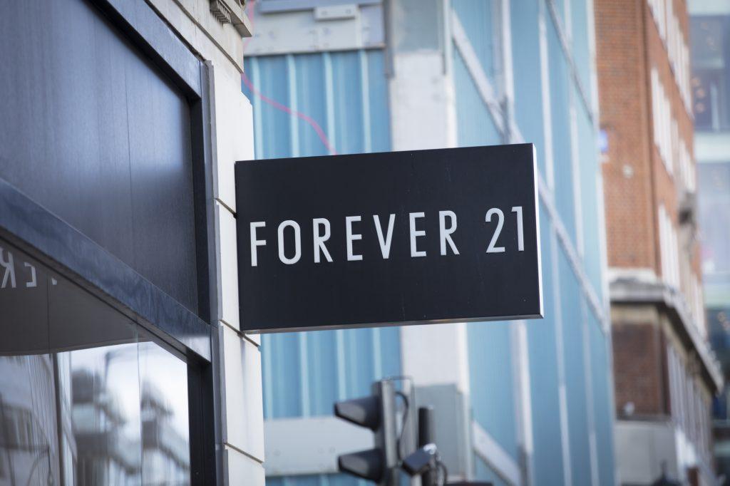 A multinacional de roupas forever 21 compõe a lista de empresas deixando o brasil