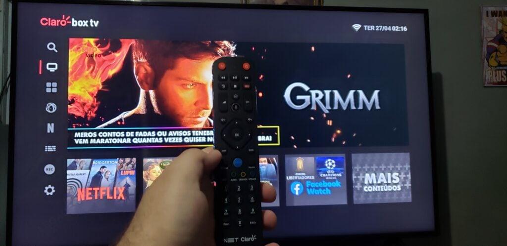 Imagem com a interface do claro box tv com o controle a frente.