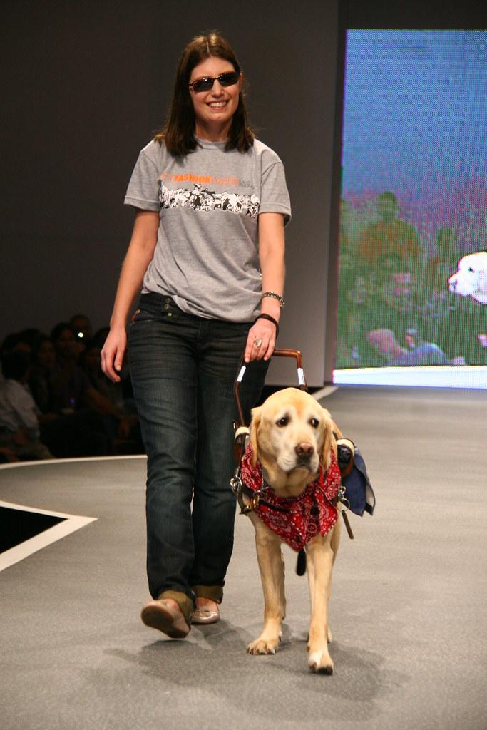 Danieli haloten com cão-guia