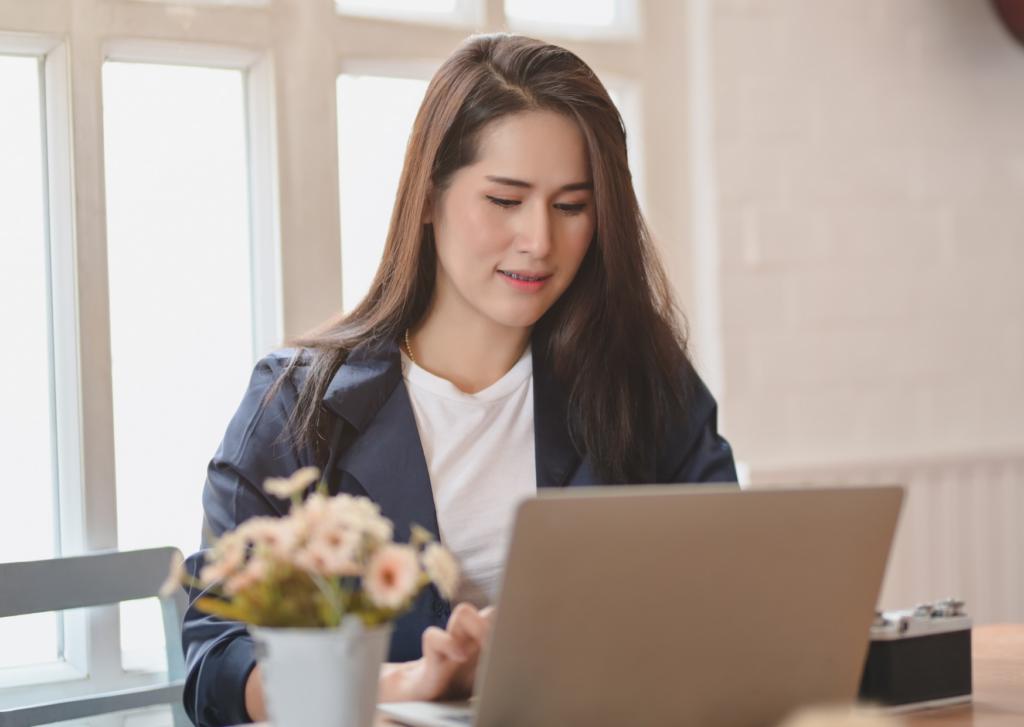 Um local de fundo claro e bem iluminado é o cenário ideal para entrevistas online
