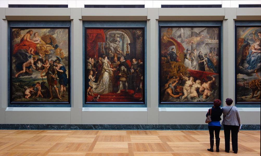"""Pessoas em um museu, ilustrando o curso """"história da arte"""" na khan academy."""
