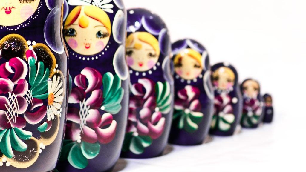 Bonecas russas representando o conceito de recursão