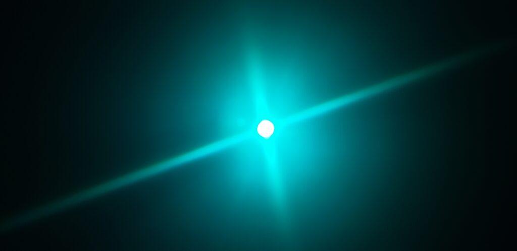 Review: lâmpada dicroica inteligente philips hue gu10 traz refinamento à sua casa. A lâmpada dicroica inteligente philips hue gu10 é compacta e perfeita para criar ambientes diversos ou exaltar pontos da sua casa