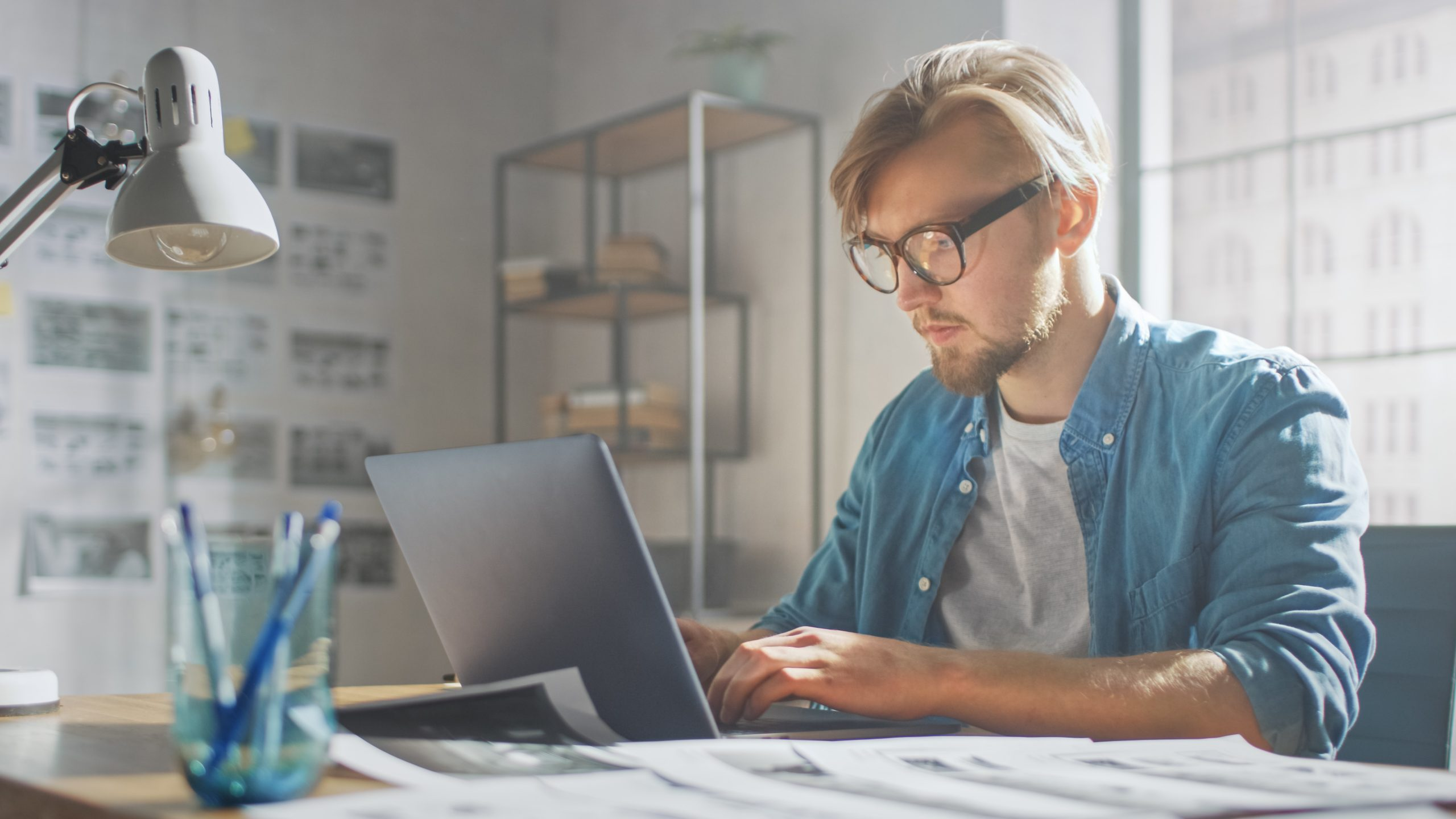 Homem usando vpn para trabalhar