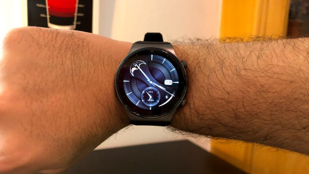 Huawei watch gt 2 pro relógio no pulso