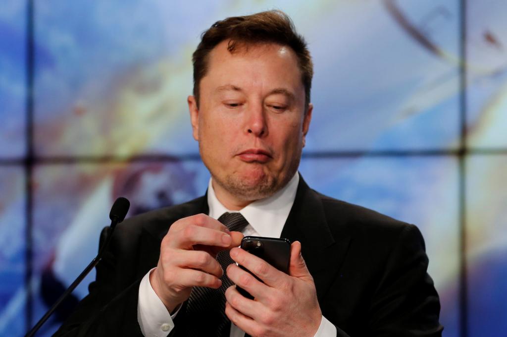 Elon musk mexe no seu celular