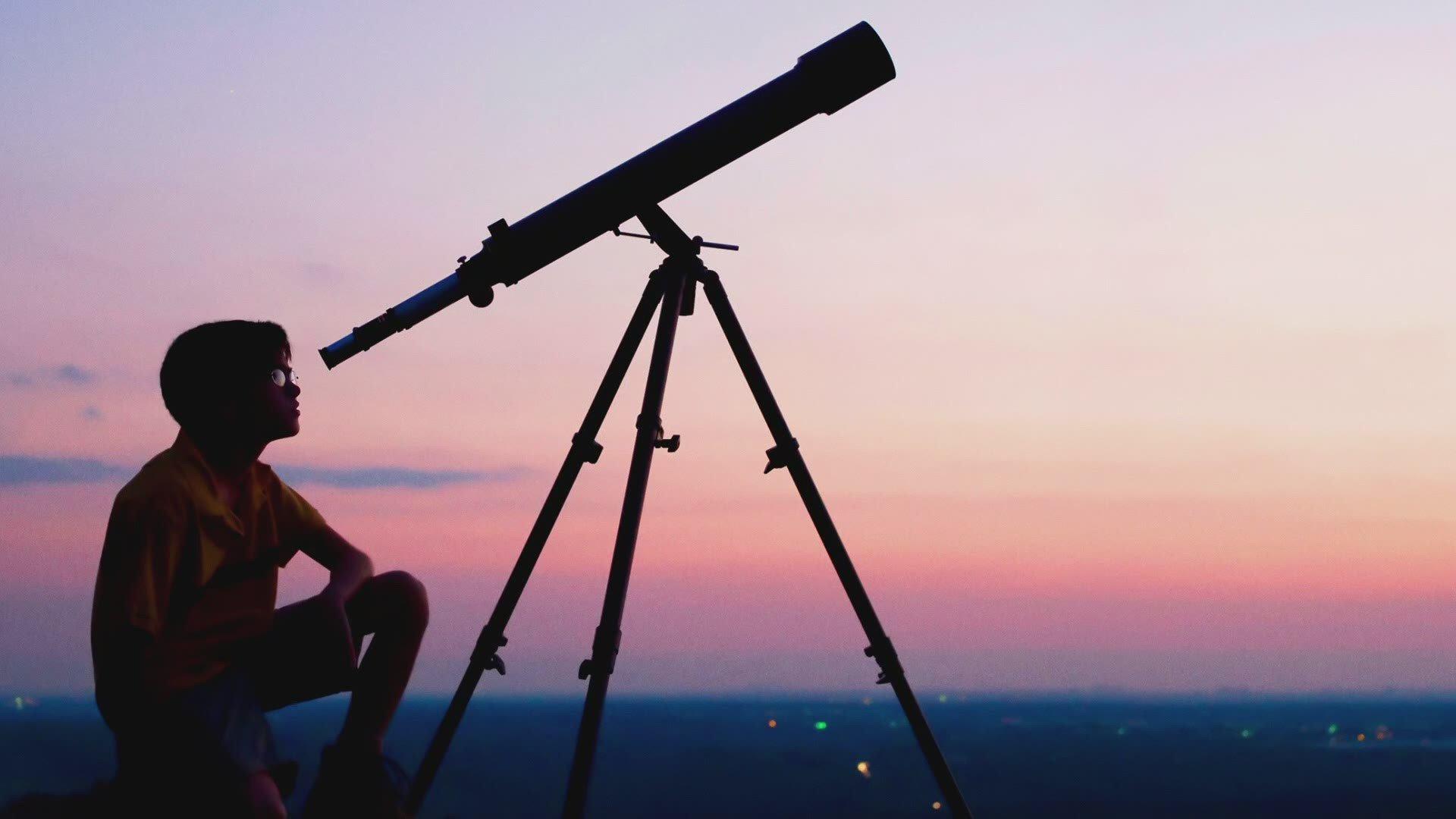 A surpreendente história do telescópio - da guerra ao olho espacial!. O início da história do telescópio é um grande mistério, mas sua invenção mudou para sempre a forma com que observamos o espaço.