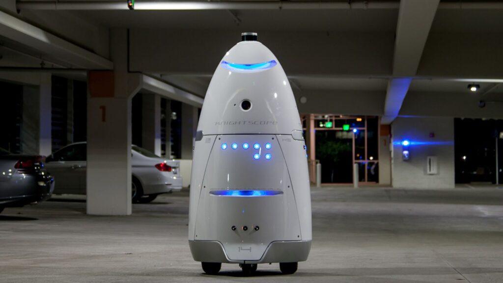Robôs da knightscope atuam na detectação de objetos estranhos na rota para a qual são designados.