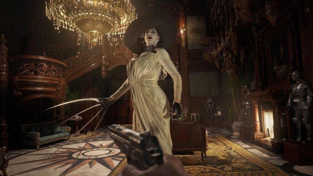 O protagonista empunha uma arma em frente à lady dimitrescu, que posa ameaçadoramente.