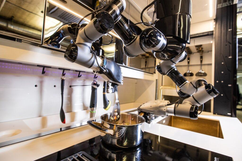 A moley funciona a partir de braços robóticos, que pegam os ingredientes e instrumentos de cozinha para fazer as refeições.