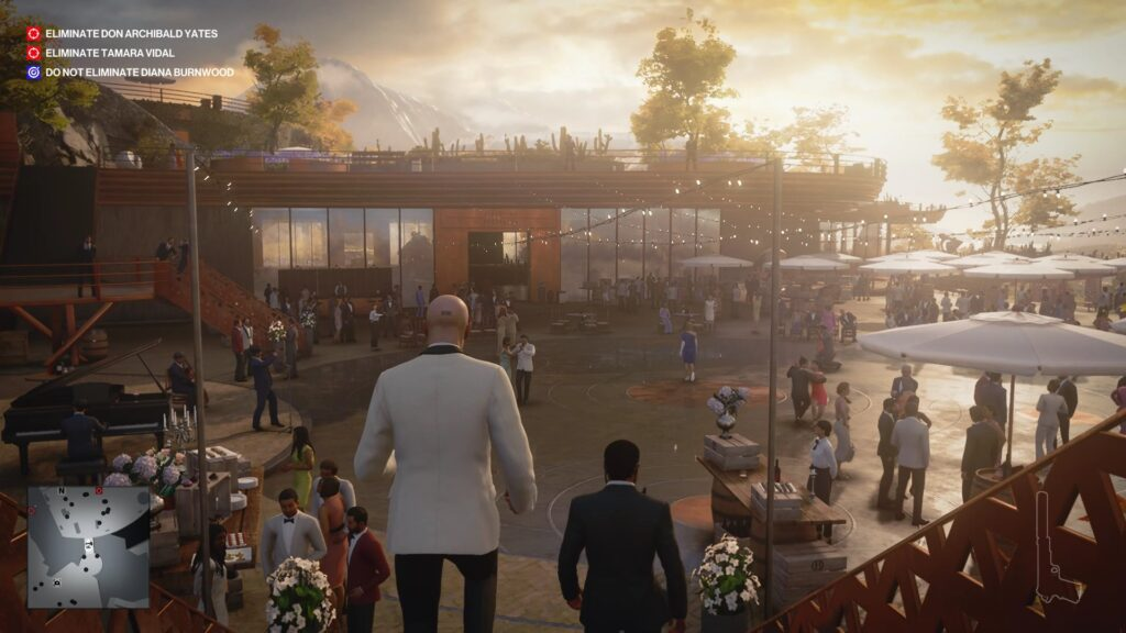 O agente 47 desce degraus; no ambiente, várias pessoas em uma festa.