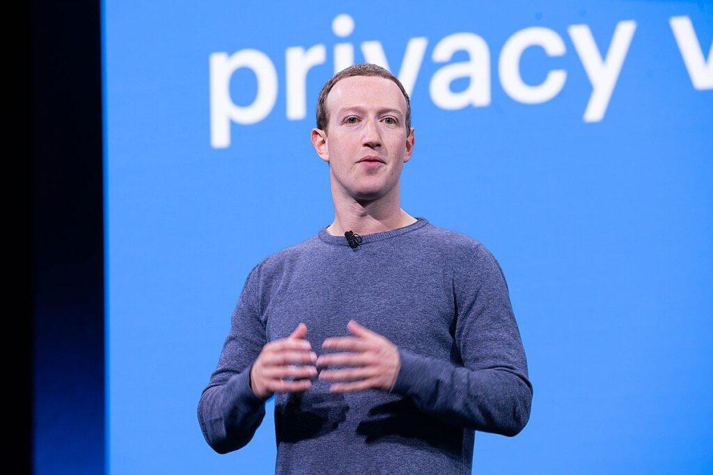 Grande parte do lucro vem da publicidade dentro da plataforma, mas é justamente esse tópico que entra em conflito com a política de privacidade da apple