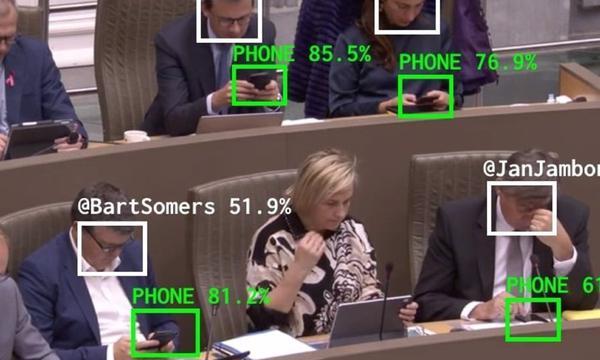 Políticos distraídos com smartphones