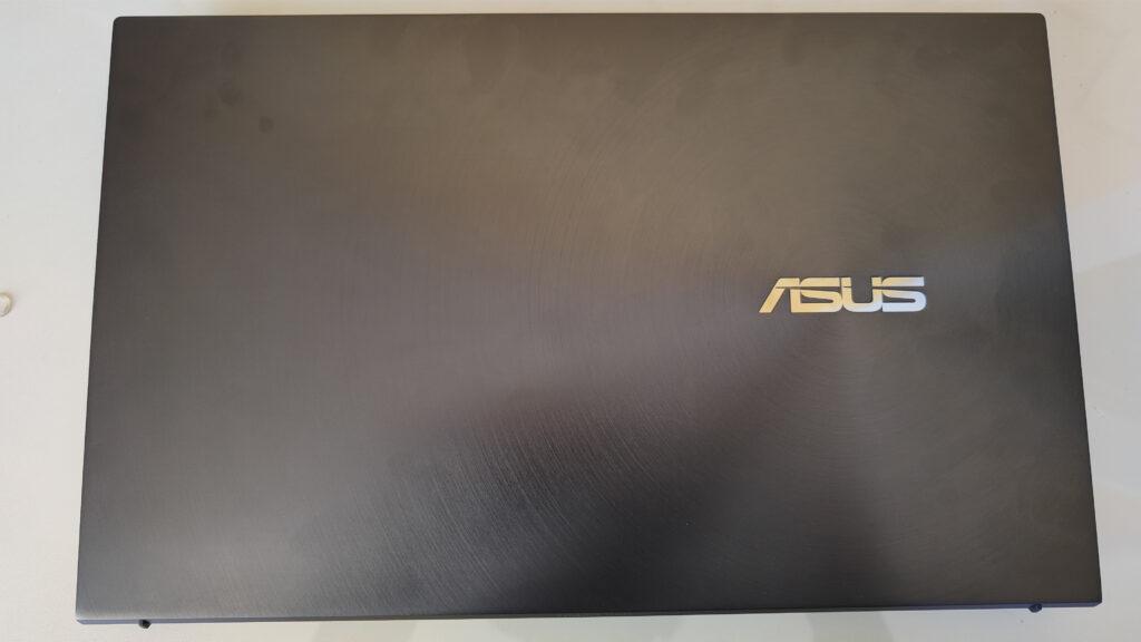 """Review: zenbook 14 ux435, um ótimo notebook com """"duas telas"""". Com excelente performance, design e portabilidade, o zenbook 14 ux435 conta com o inovador screenpad 2. 0, uma tela independente no lugar do touchpad"""
