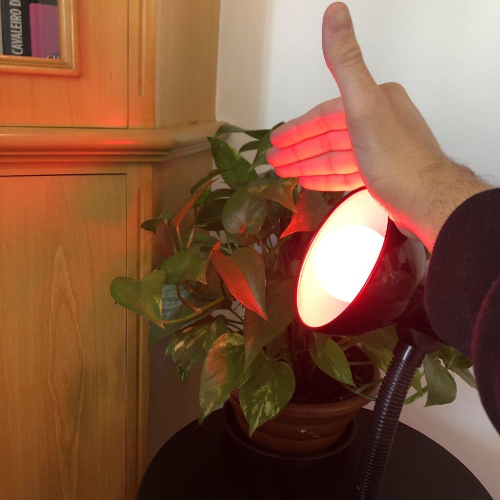 Lâmpada inteligente geonav testando luz na mão