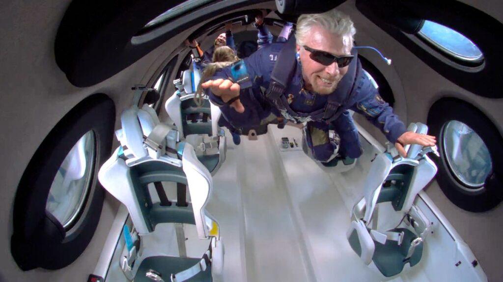 Richard branson a bordo da vss unity 22 com o restante da tripulação ao fundo durante o bem sucedido voo que ocorreu neste domingo 11 de julho de 2021.