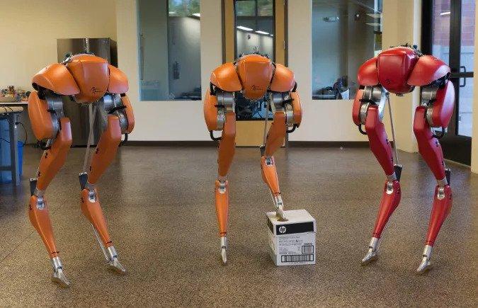 Robô bípede cassie corre 5 km com única carga de bateria. Pesquisadores usam técnicas de aprendizado profundo por reforço para fazer o robô bípede cassie correr 5km sem necessidade de recarga