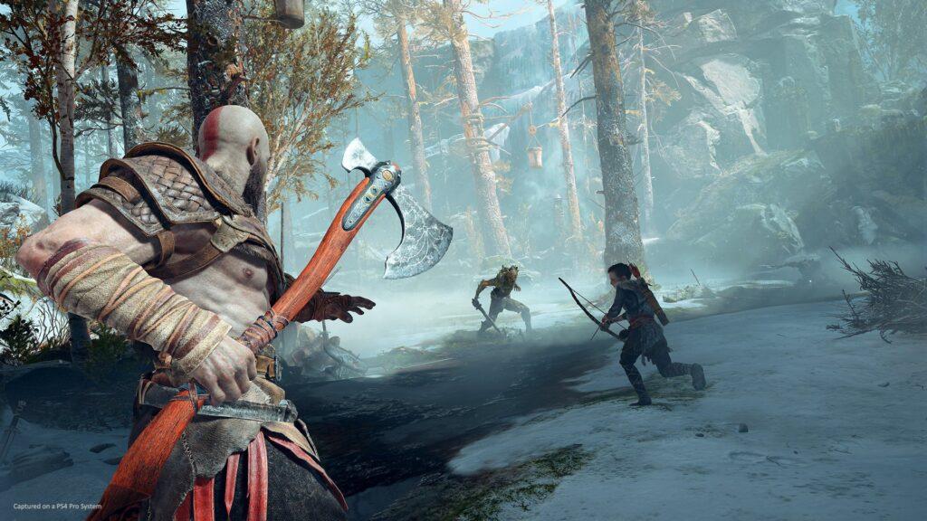 Kratos empunha seu machado leviathan.