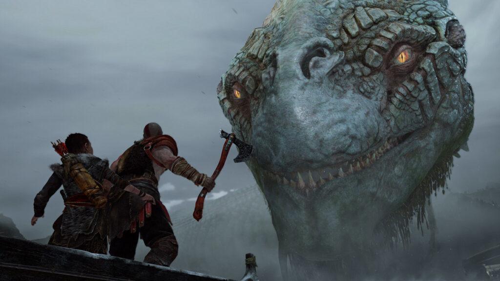 Kratos e seu filho, ambos em uma canoa, encaram um inimigo gigante.