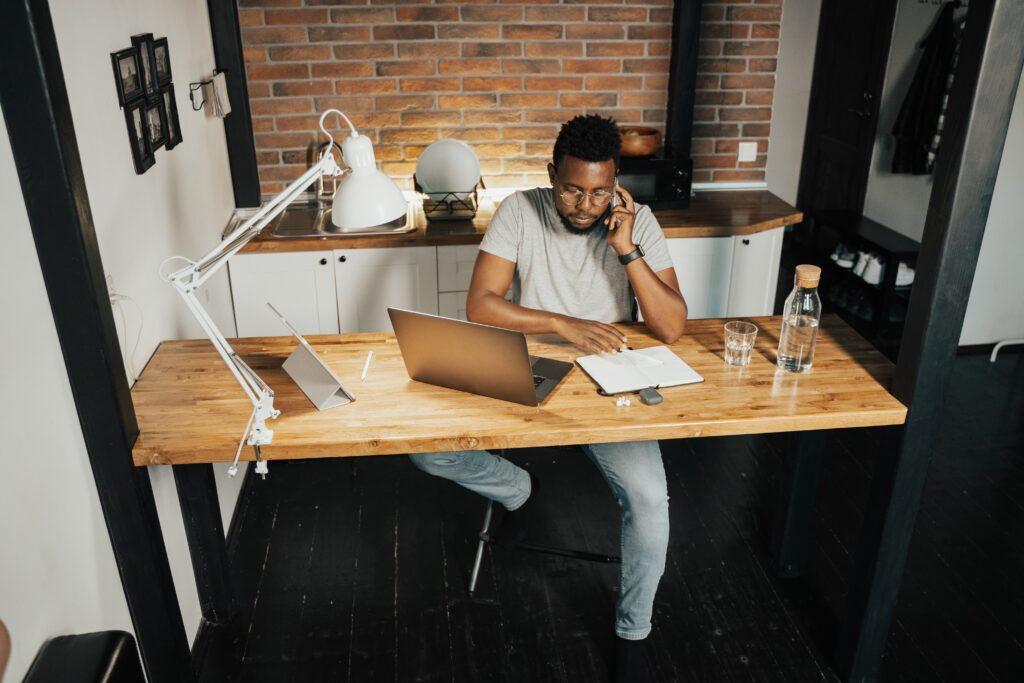 Trabalhar no regime de home office exige muita organização, mas há uma série de ferramentas que ajudam nesta tarefa árdua