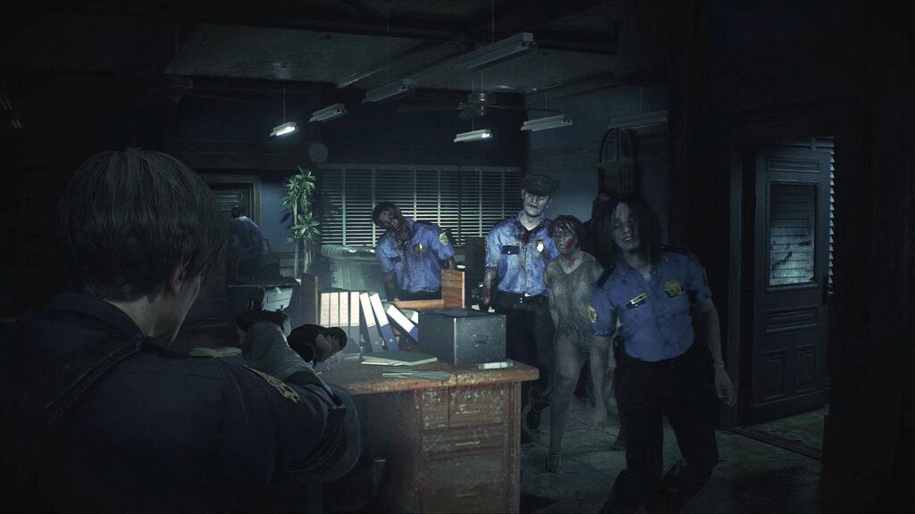 Cena de resident evil 2; na deleegacia, quatro zumbis vão em direção a leon.