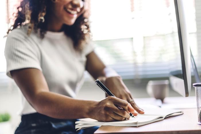Mulher negra escrevendo
