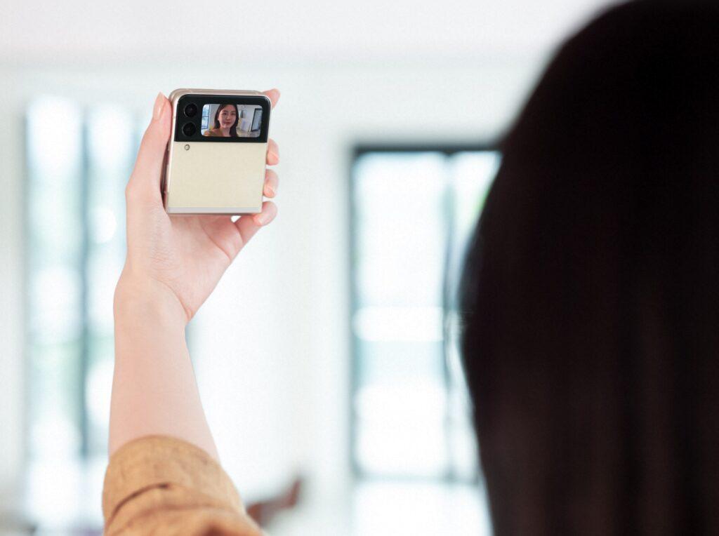A nova tela externa do flip3 é perfeita para fazer selfies