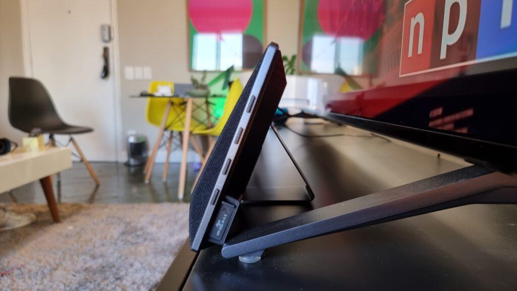 Imagem lateral da soundbar lg gx, mostrando os suportes do produtos
