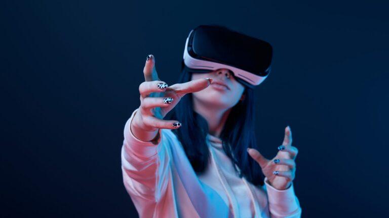 Mulher usando óculos de VR