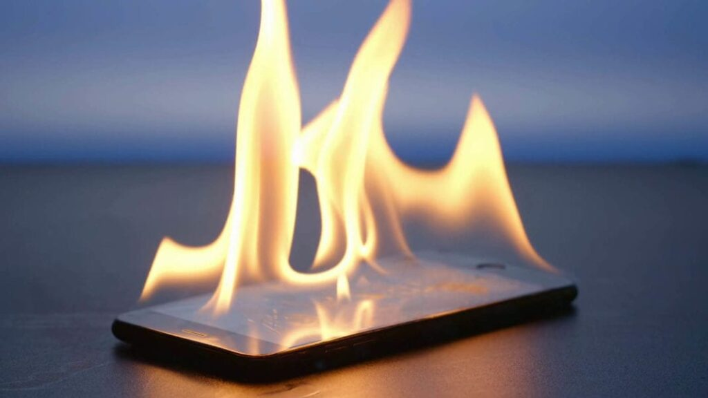 Celular pegando fogo devido ao superaquecimento