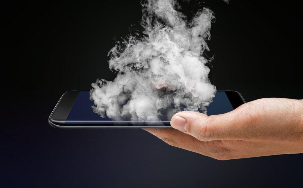 Exemplo de celular saindo fumaça devido ao superaquecimento