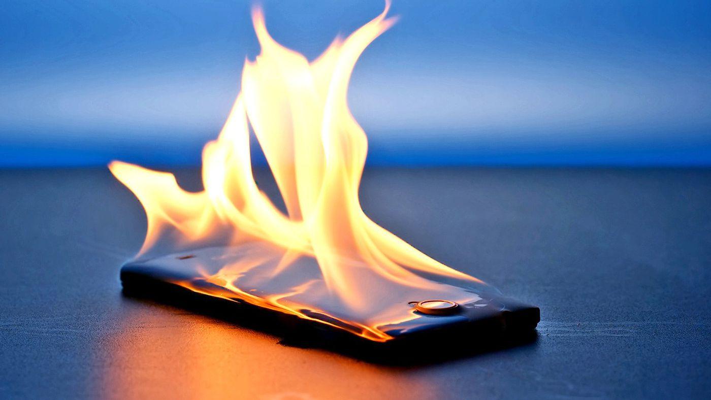Celular pegando fogo devido a uma pessoa não seguir dicas de como evitar superaquecimento do celular