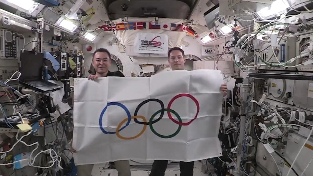 Teve até cerimônia de encerramento com entrega de bandeira nas olimpíadas no espaço, a bordo da estação espacial internacional!