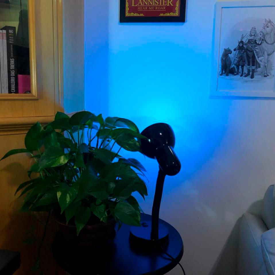 Testando com luz azul na parede