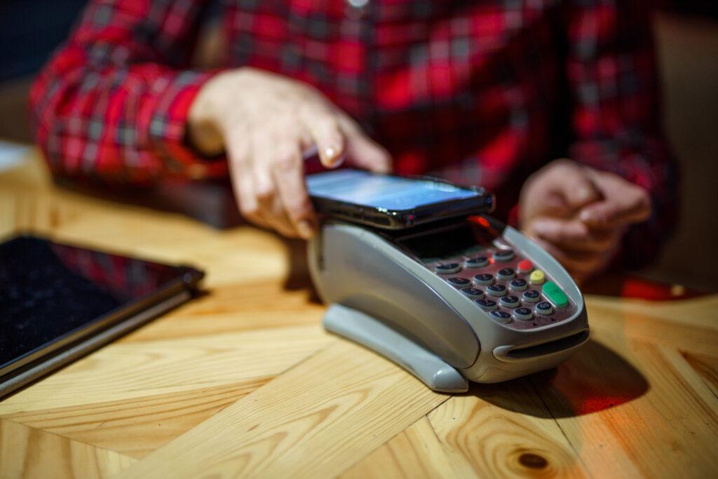 Pagamento por aproximação utilizando um smartphone