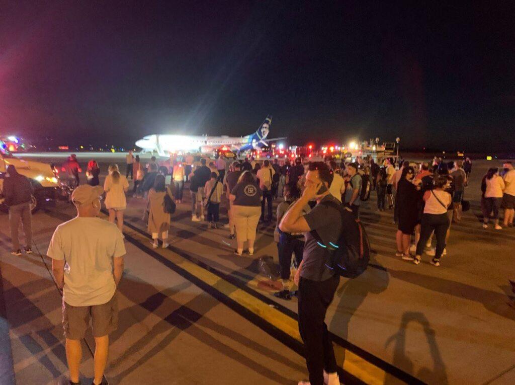Celular pega fogo em avião da alaska airlines, que é evacuado