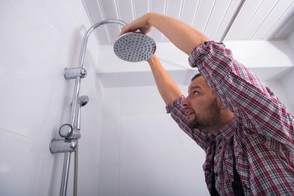 O recomendado é não trocar a temperatura do chuveiro enquanto está tomando banho. Como este rapaz da imagem.