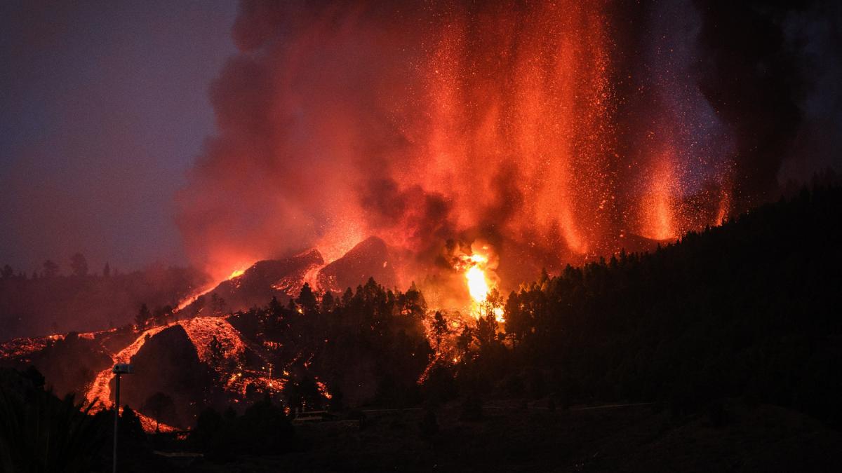 Erupção de vulcão na espanha e o tsunami no brasil | showmetech trio
