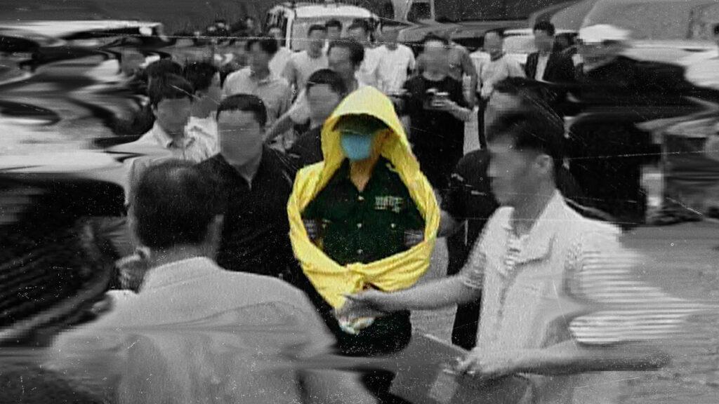 Cena de o assassino da capa de chuva: caça ao serial killer coreano
