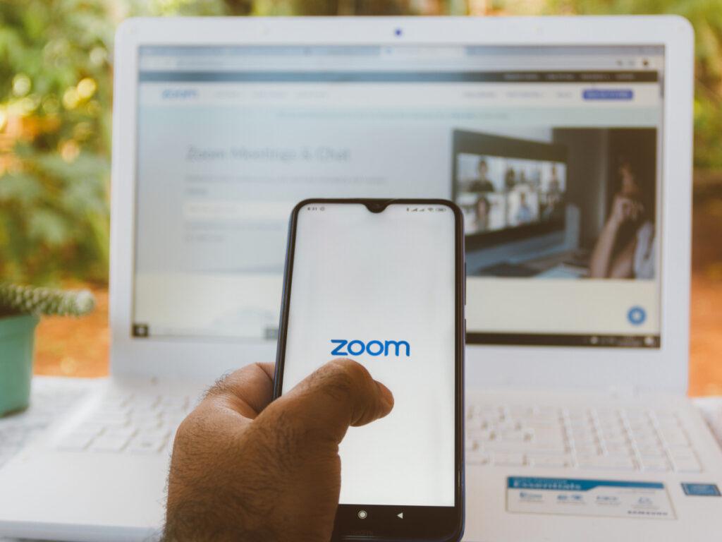 Ações da zoom caem 15% após retorno gradativo ao trabalho presencial