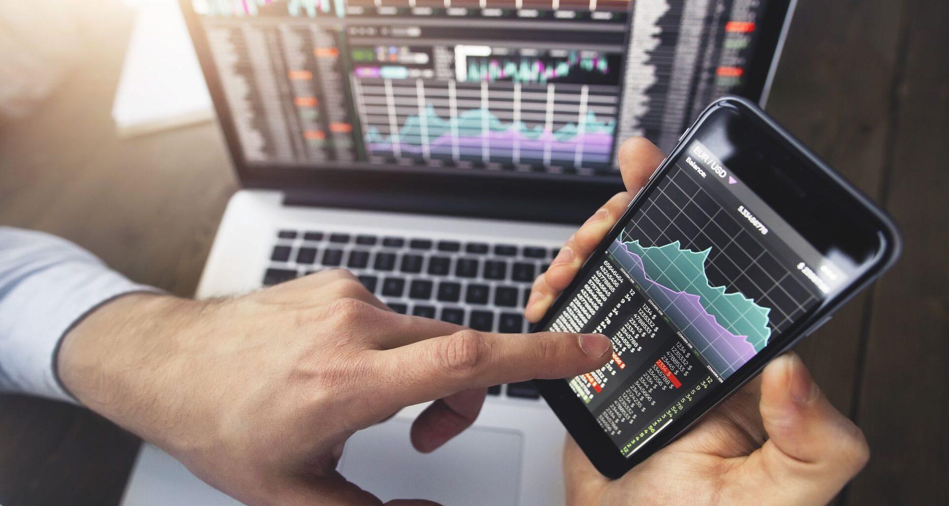 Pessoa procurando como investir em moedas em celular