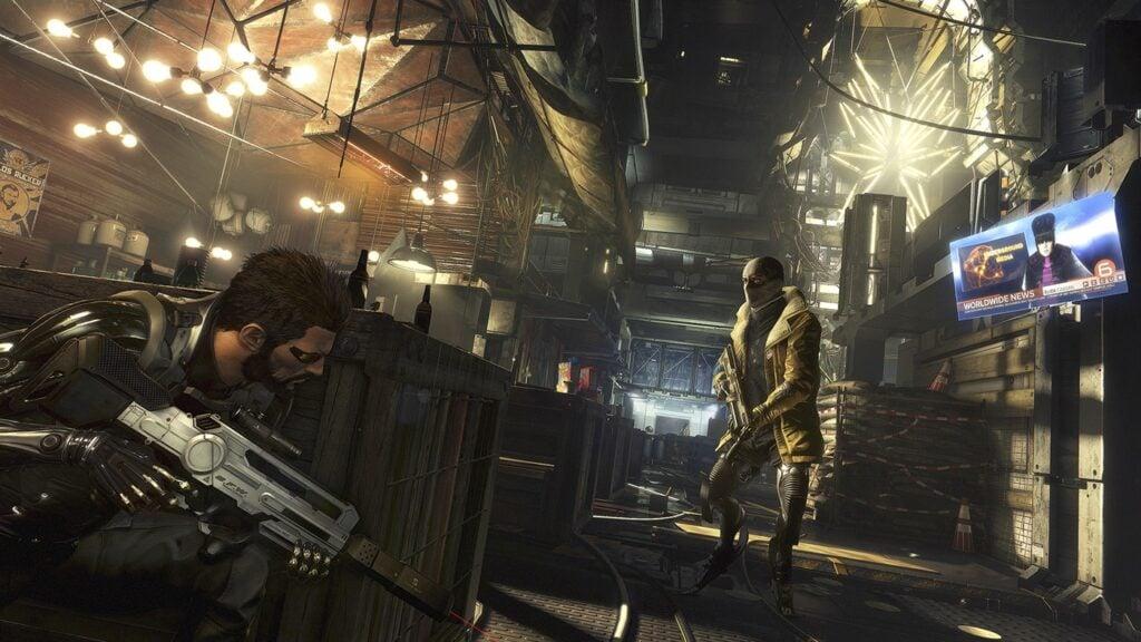 Jogador se esconde de inimigo atrás de caixa.