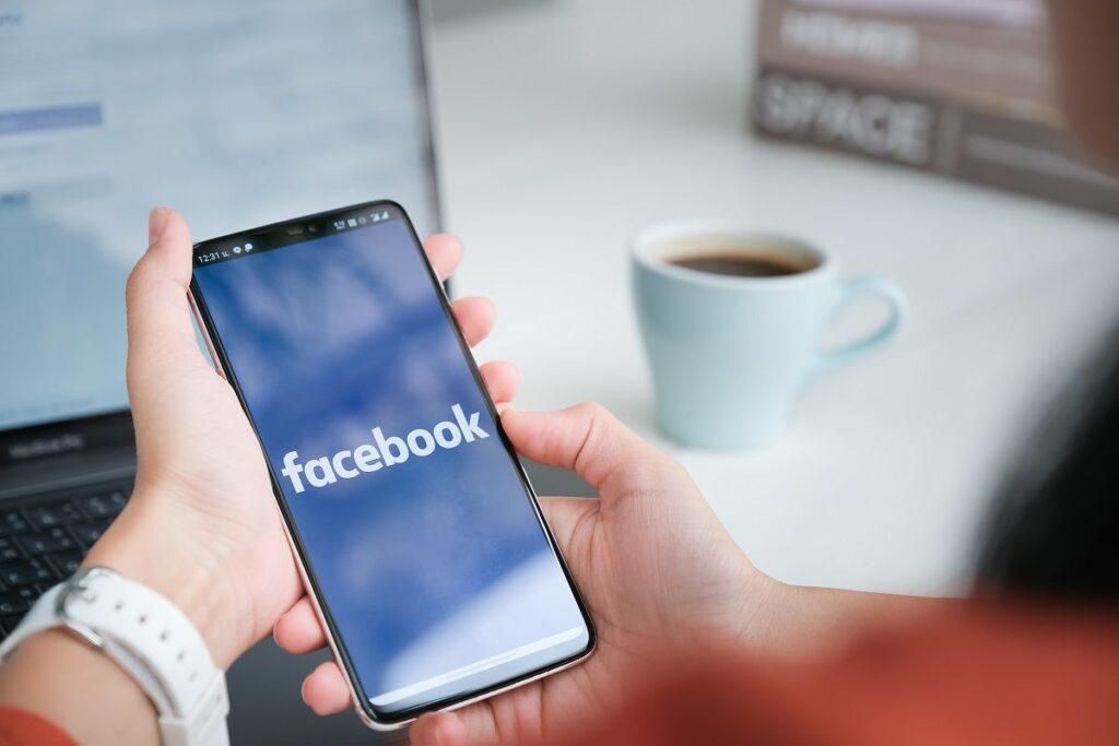 Celular acessando o facebook: entenda o impacto financeiro e quanto o facebook deixa de lucrar com o apagão das redes sociais instagram e whatsapp