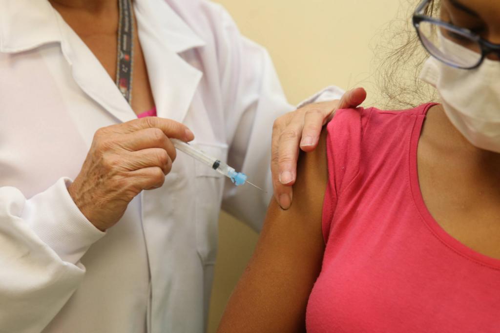 Mulher recebe vacina contra a covid-19