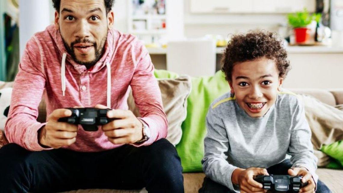 Pai e filho jogando jogo juntos