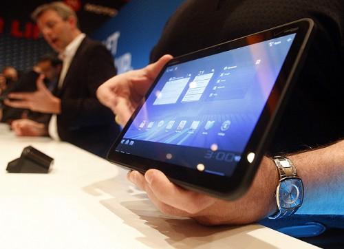 Vídeo: demonstração do motorola xoom (em português). O pessoal do superfones já colocou as mãos no novíssimo motorola xoom, o primeiro tablet com o sistema android 3. 0. Veja abaixo o vídeo feito por eles, descrevendo o aparelho: