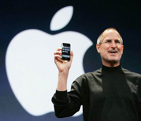 wpid Steve Jobs with iphone - Steve Jobs renuncia cargo de CEO da Apple