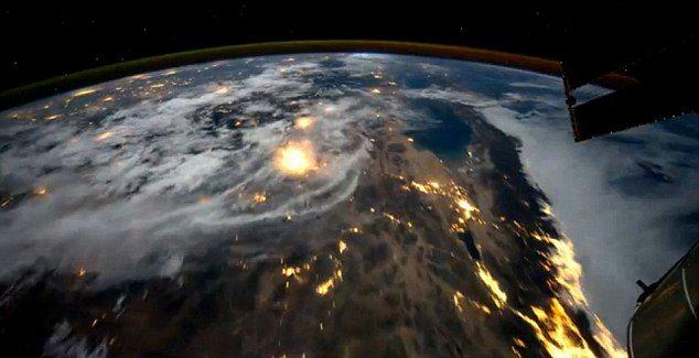 article 2038854 0DF7450C00000578 313 634x325 - Voando sobre o Planeta Terra (vídeo)